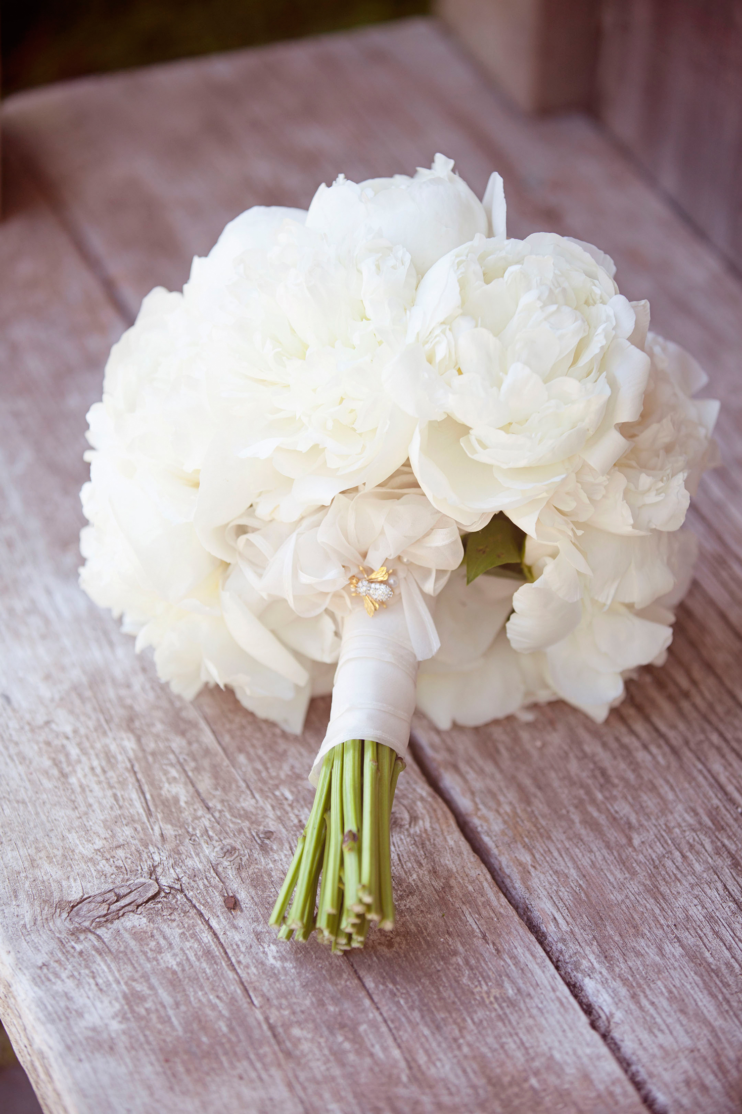 bee wedding ideas white peony bouquet
