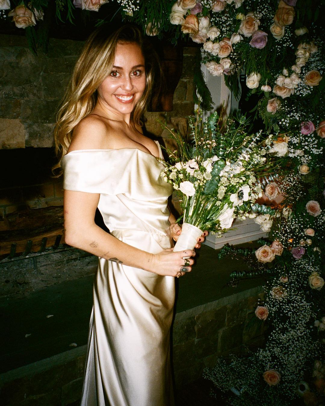 miley cyrus holding her wedding bouquet