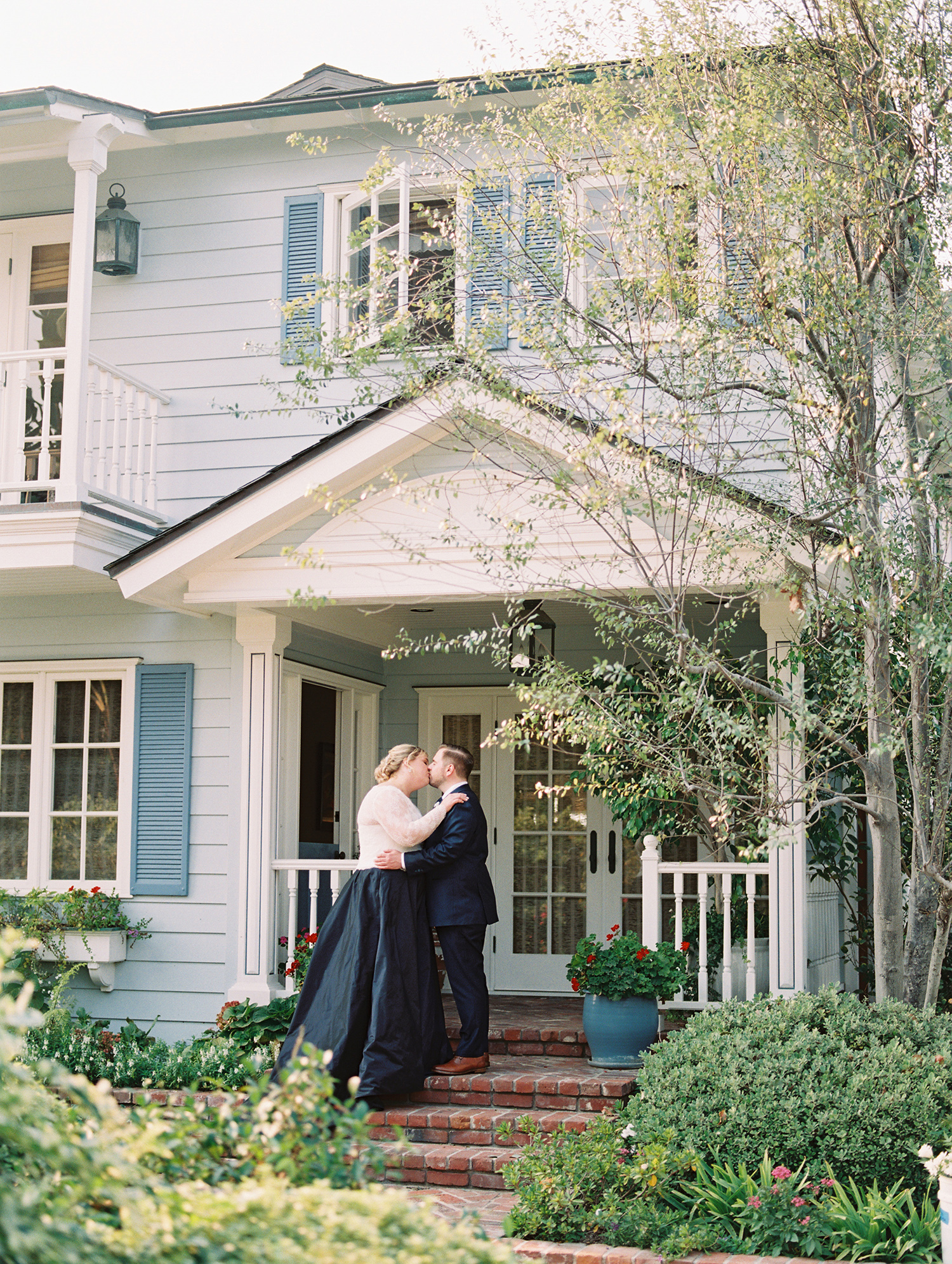 elizabeth scott wedding couple kissing on porch