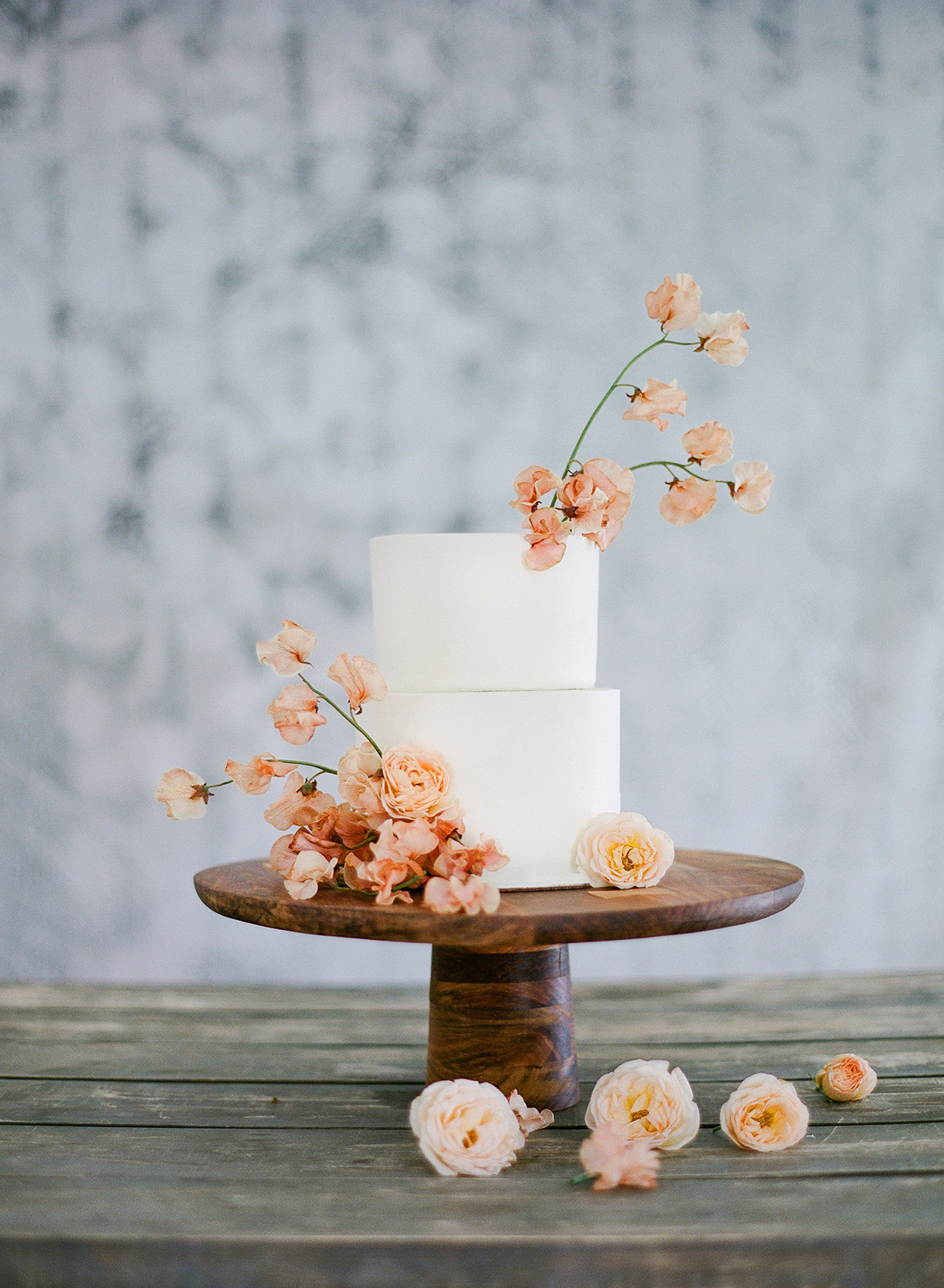 minimalist ikebana summer peach roses on white cake