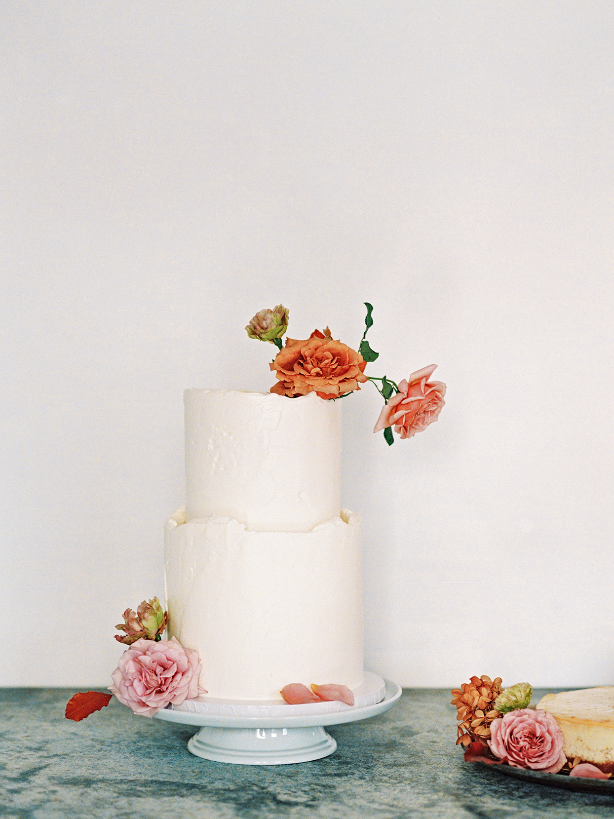 elizabeth scott white wedding cake with pink and orange flowers
