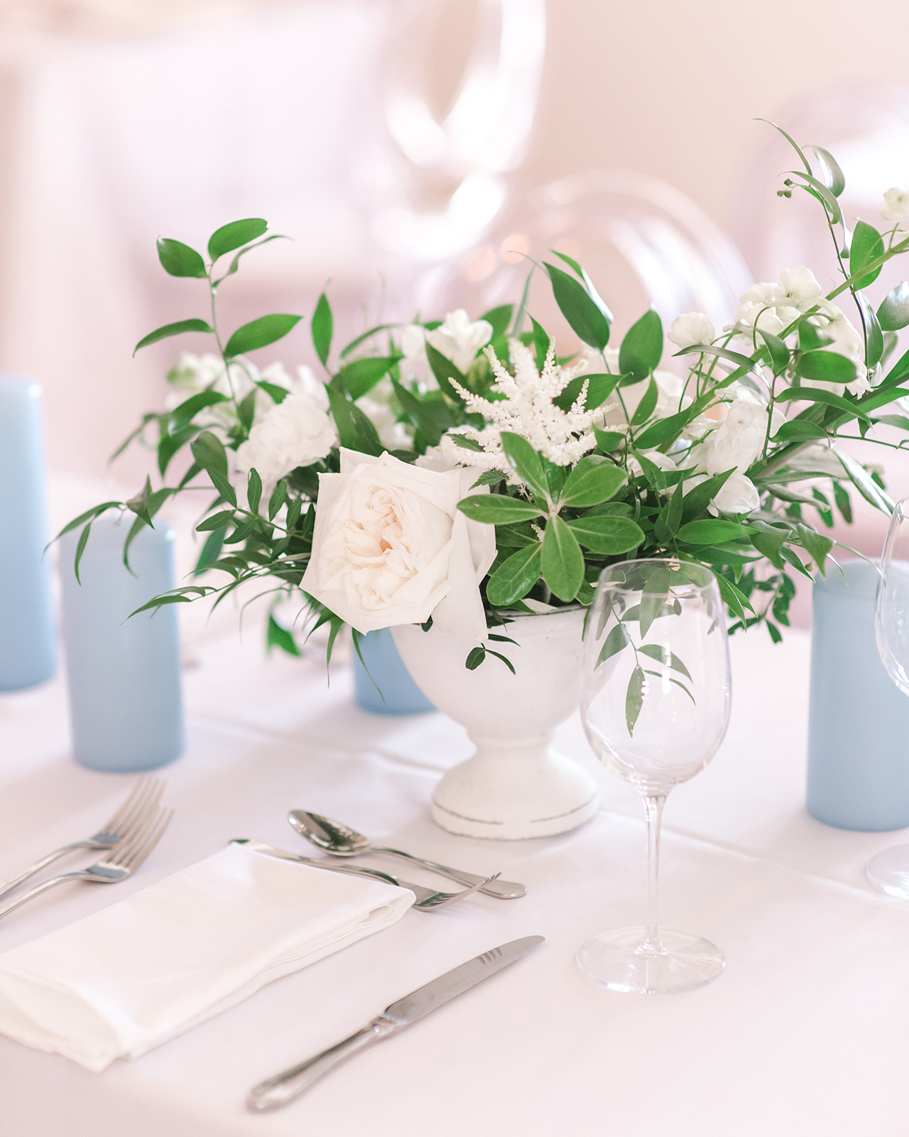 white rose floral arrangement table setting