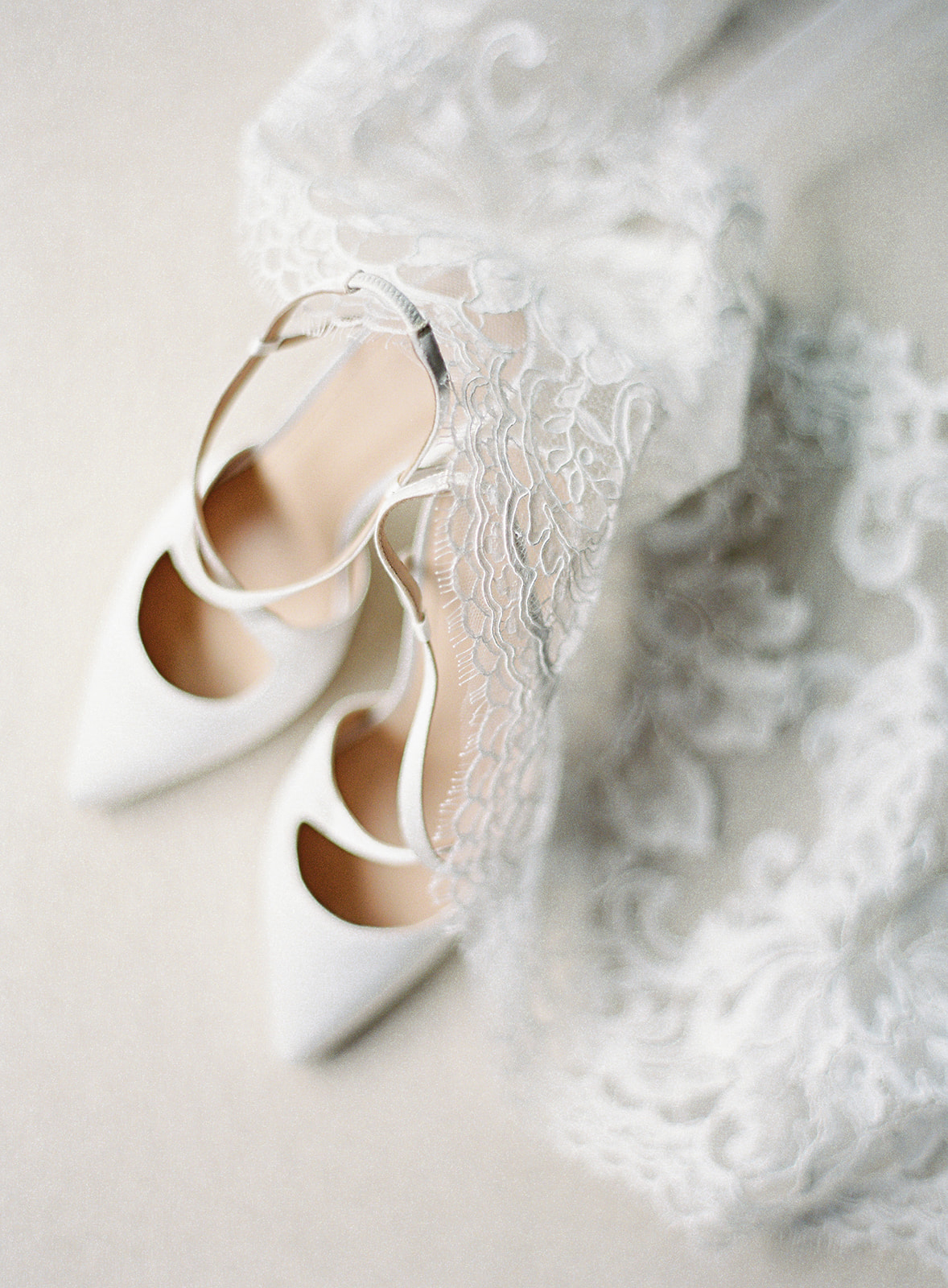 bride wedding shoes chantilly lace veil