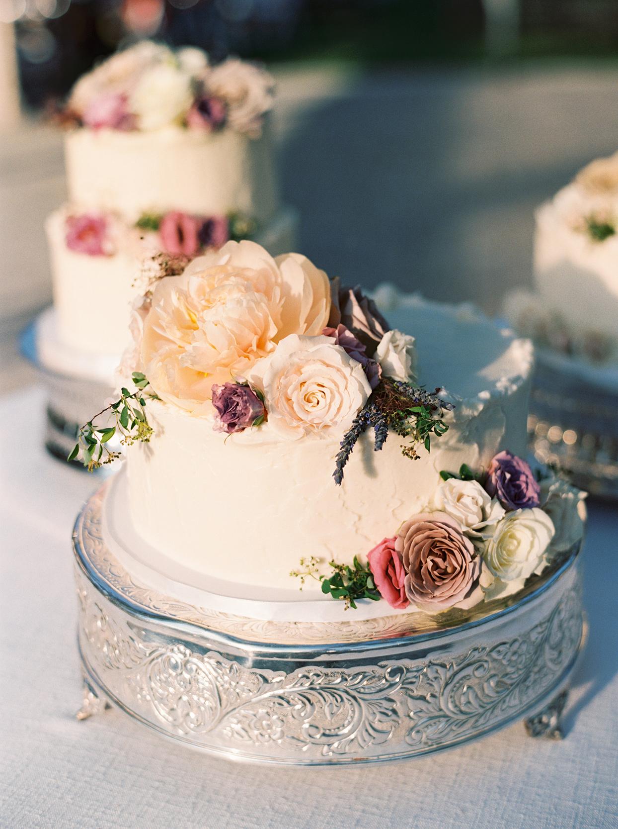 julia doug wedding cake with flowers