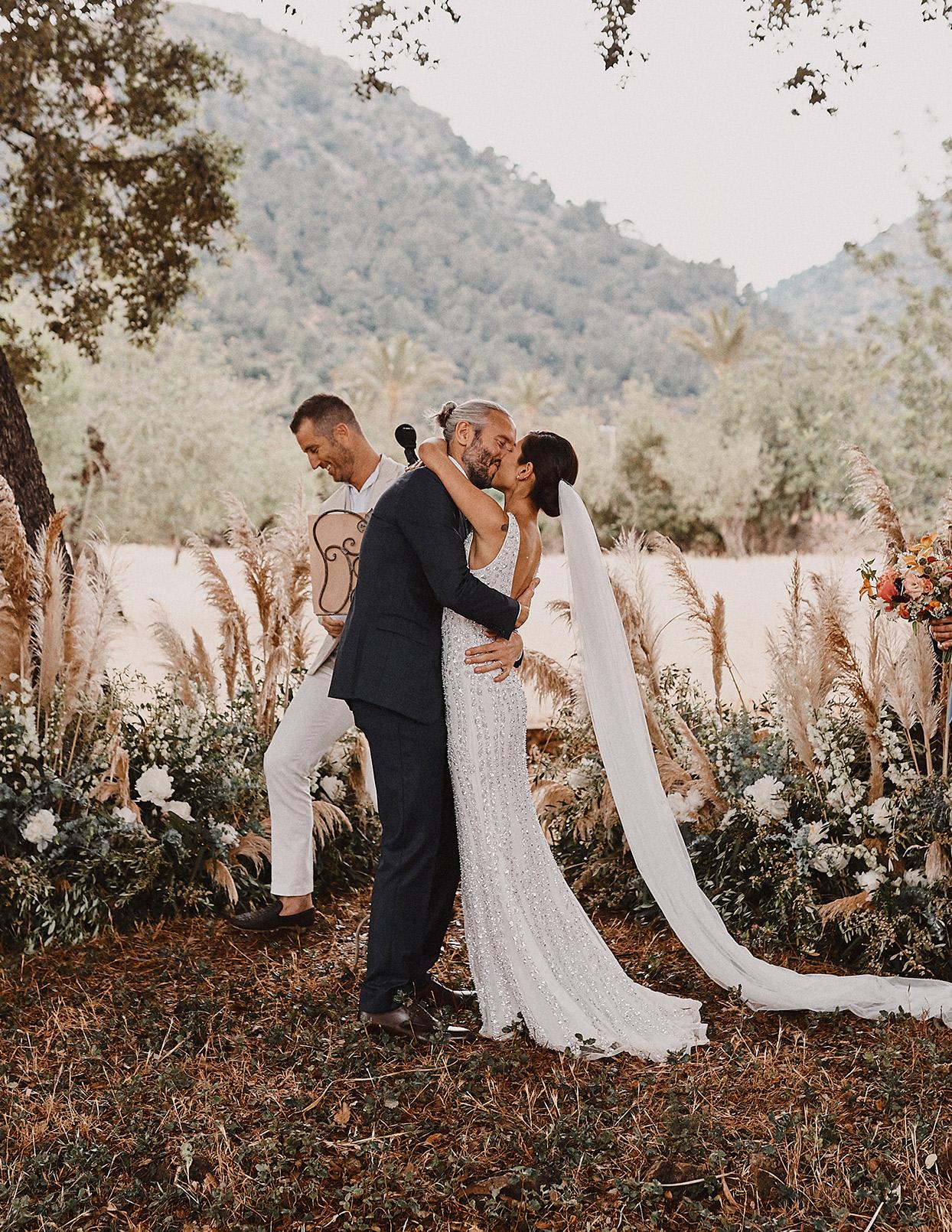 pomme daniel wedding ceremony couple kiss