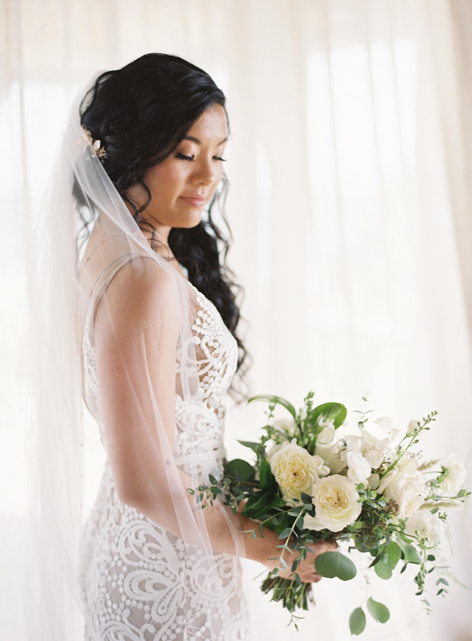 portrait sophie with wedding-bouquet