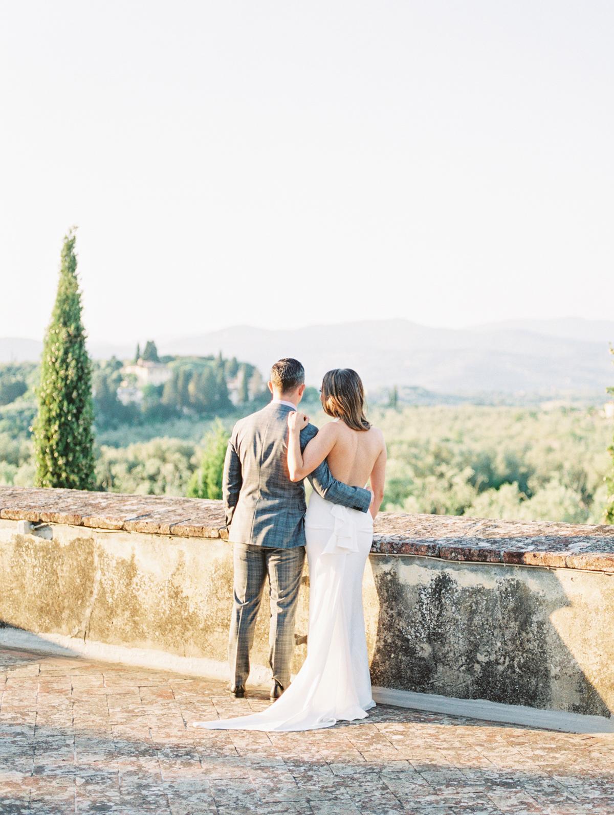 saghar ben wedding couple on stone lookout
