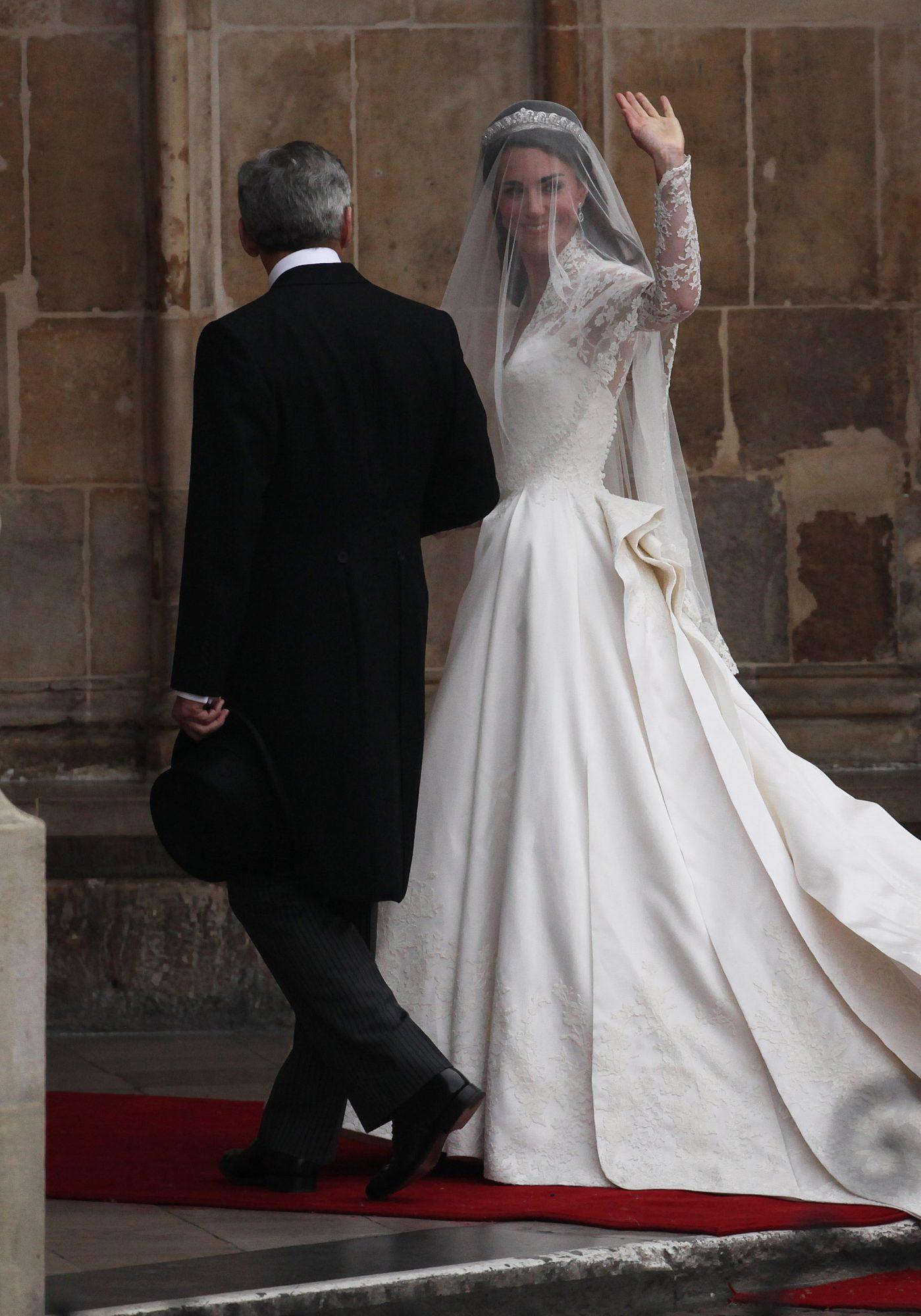 kate middleton waving during wedding day