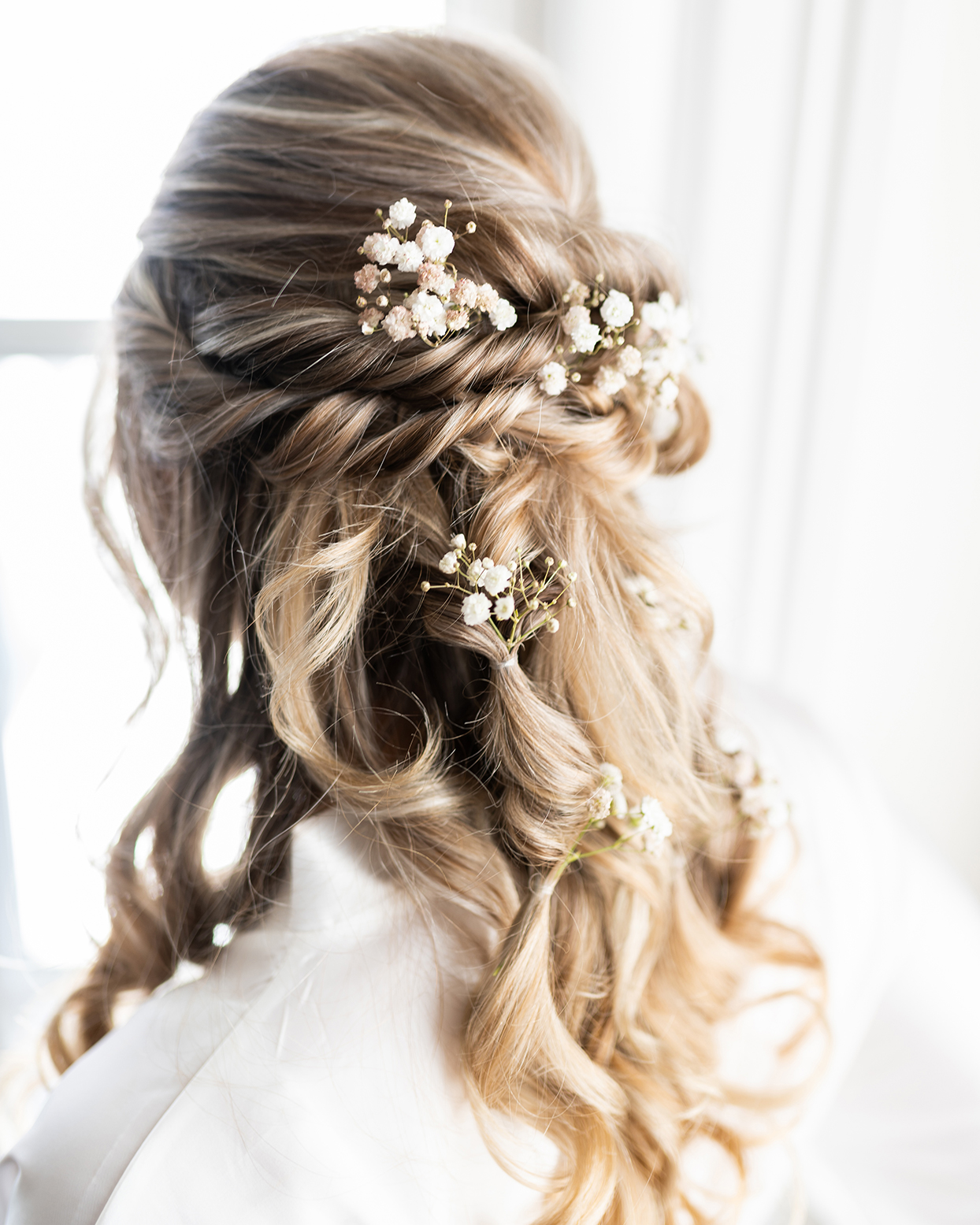 bride's wavy hair with white floral decorations