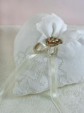Ring pillow white