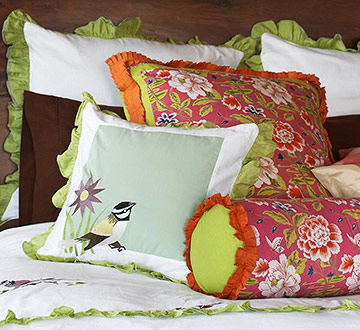 Detail bed with pillows
