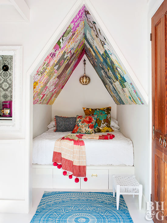 queen bed with pithed roof