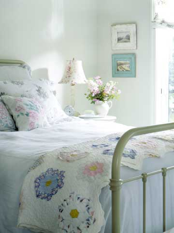 BargainStyle_SrgSmr05_White bedroom with pastel patchwork quilt on foot