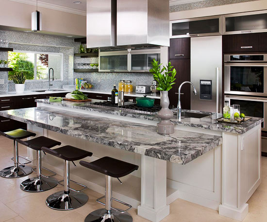 Island with grey and white veined countertops, 4 flat stools