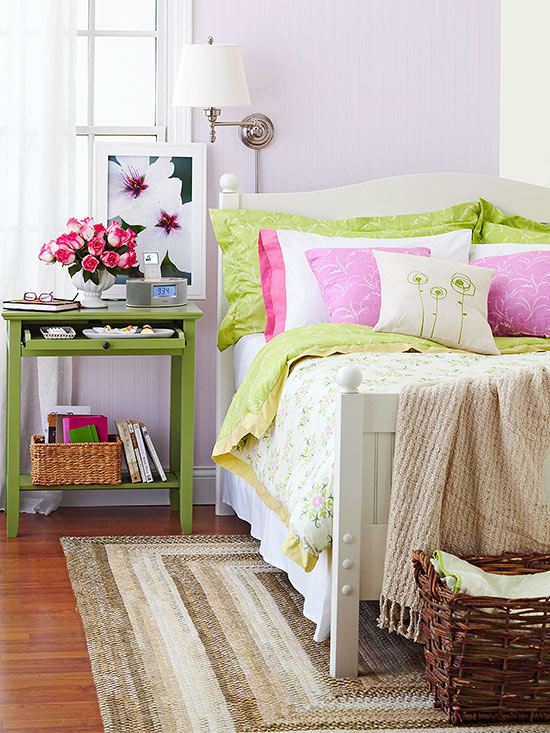 Neutral rug and bright pillows