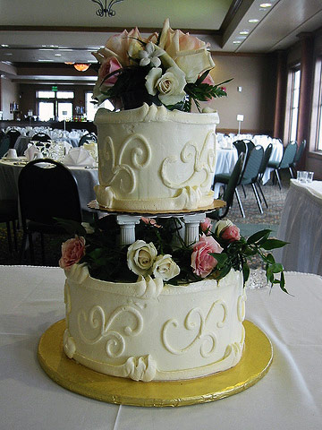Two layer cake with pillars and real flowers