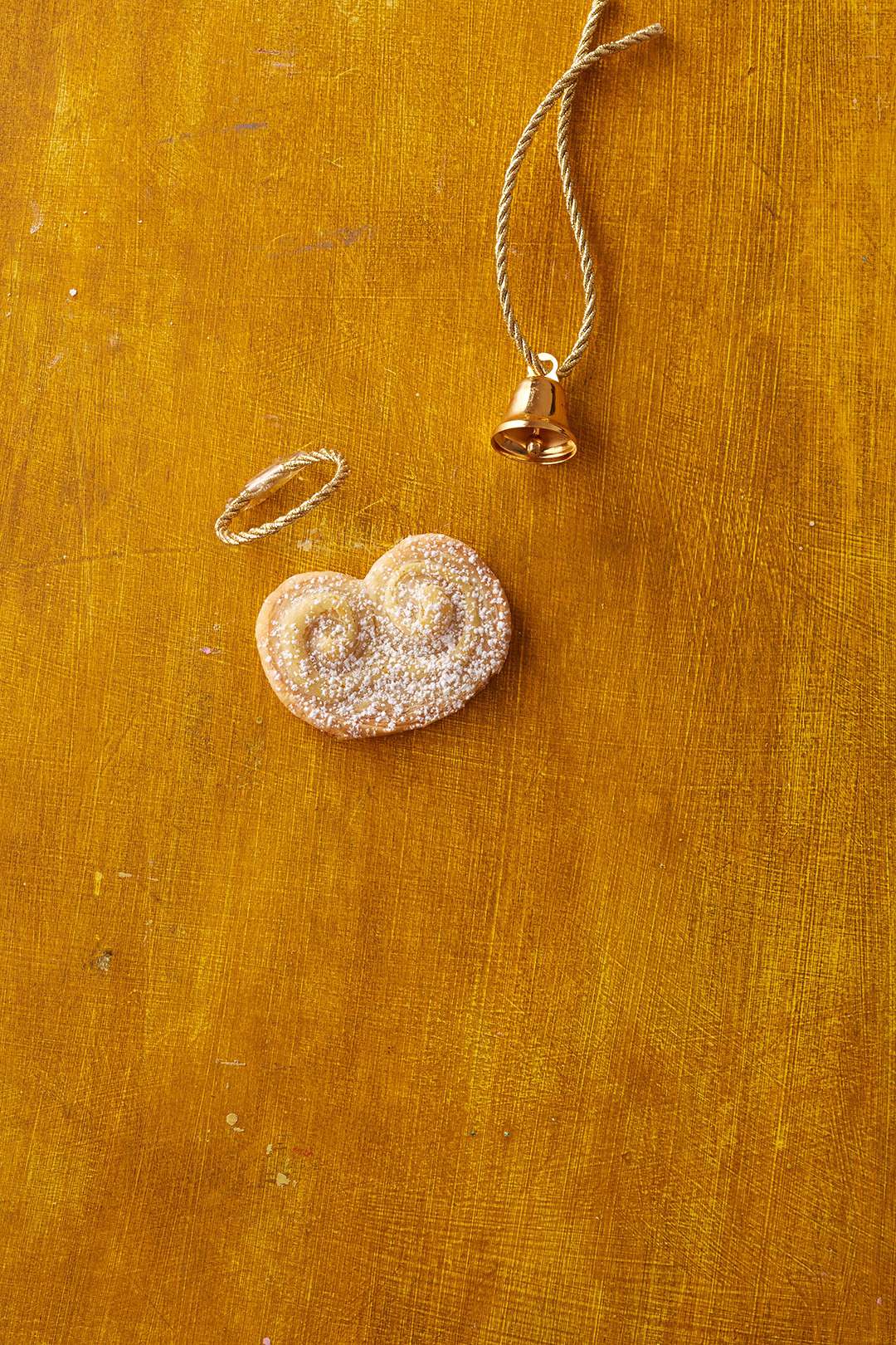 Angel Wings cookie with gold bell