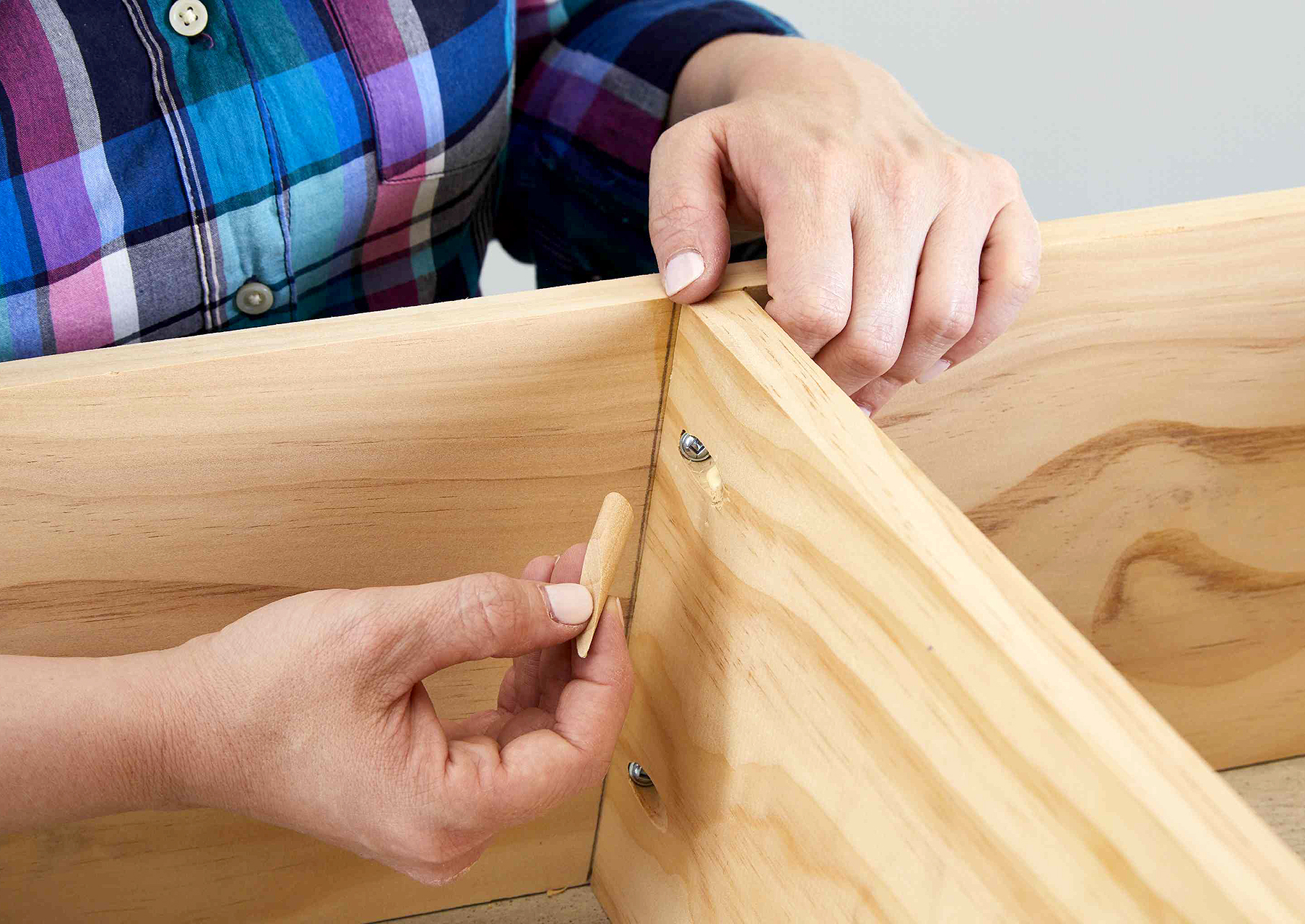 plug pocket holes in ladder with wood plugs