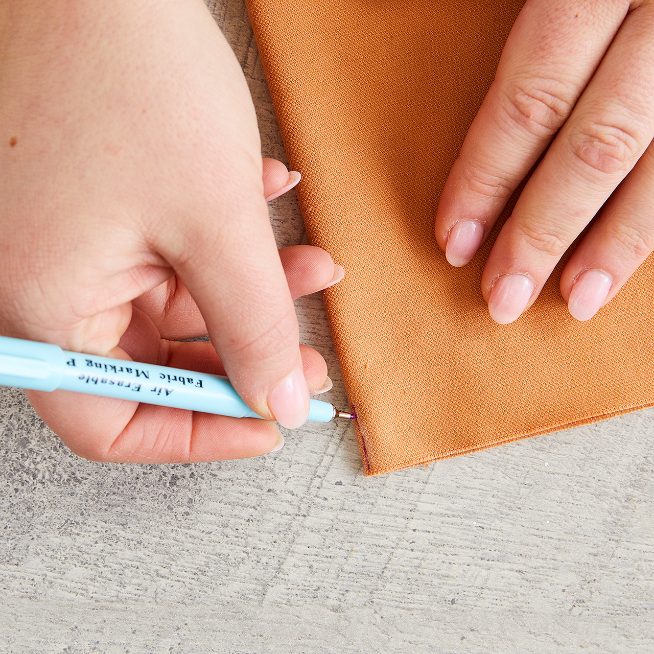 use pen to mark center fold in fabric