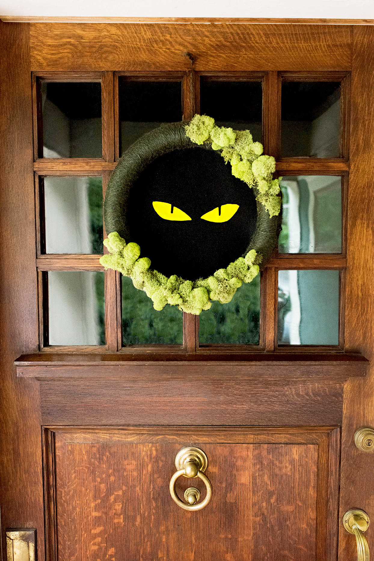 Wreath with yellow eyes, moss