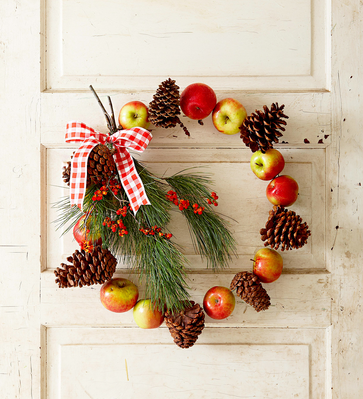 Wreath made of pinecones and apples