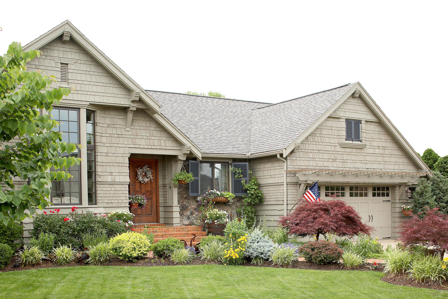 ranch house exterior with shingle siding red brick steps