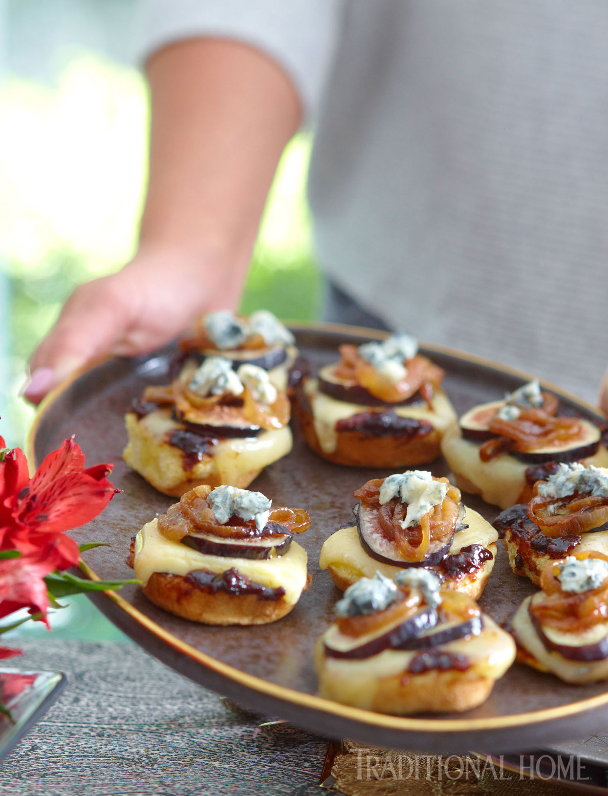 brioche with cheese, figs and onions