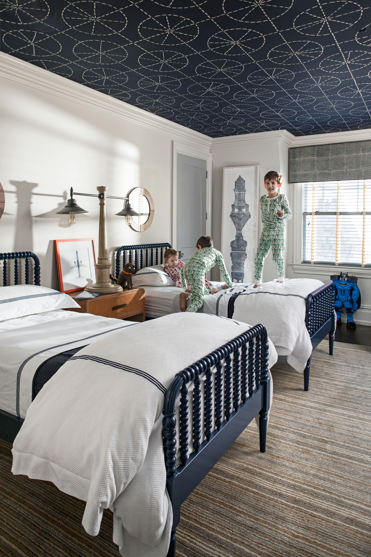 bedroom with twin beds and blue ceiling