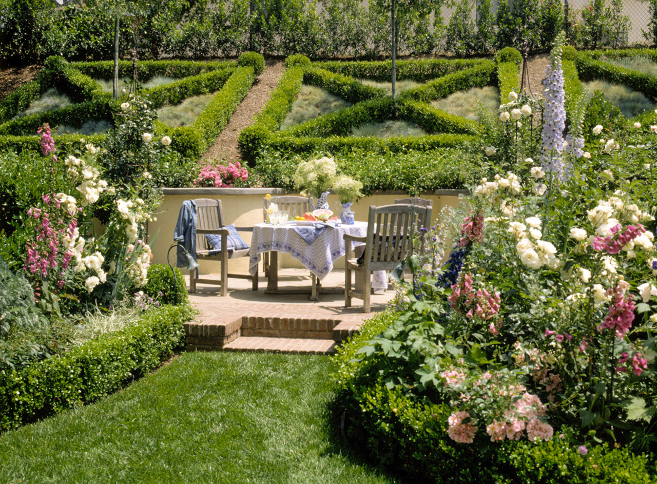 garden sitting area boxwood hedges