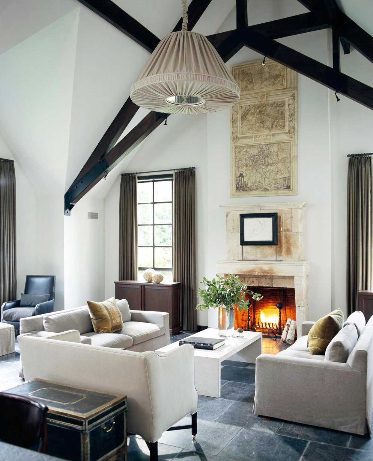 sitting room with arched ceiling