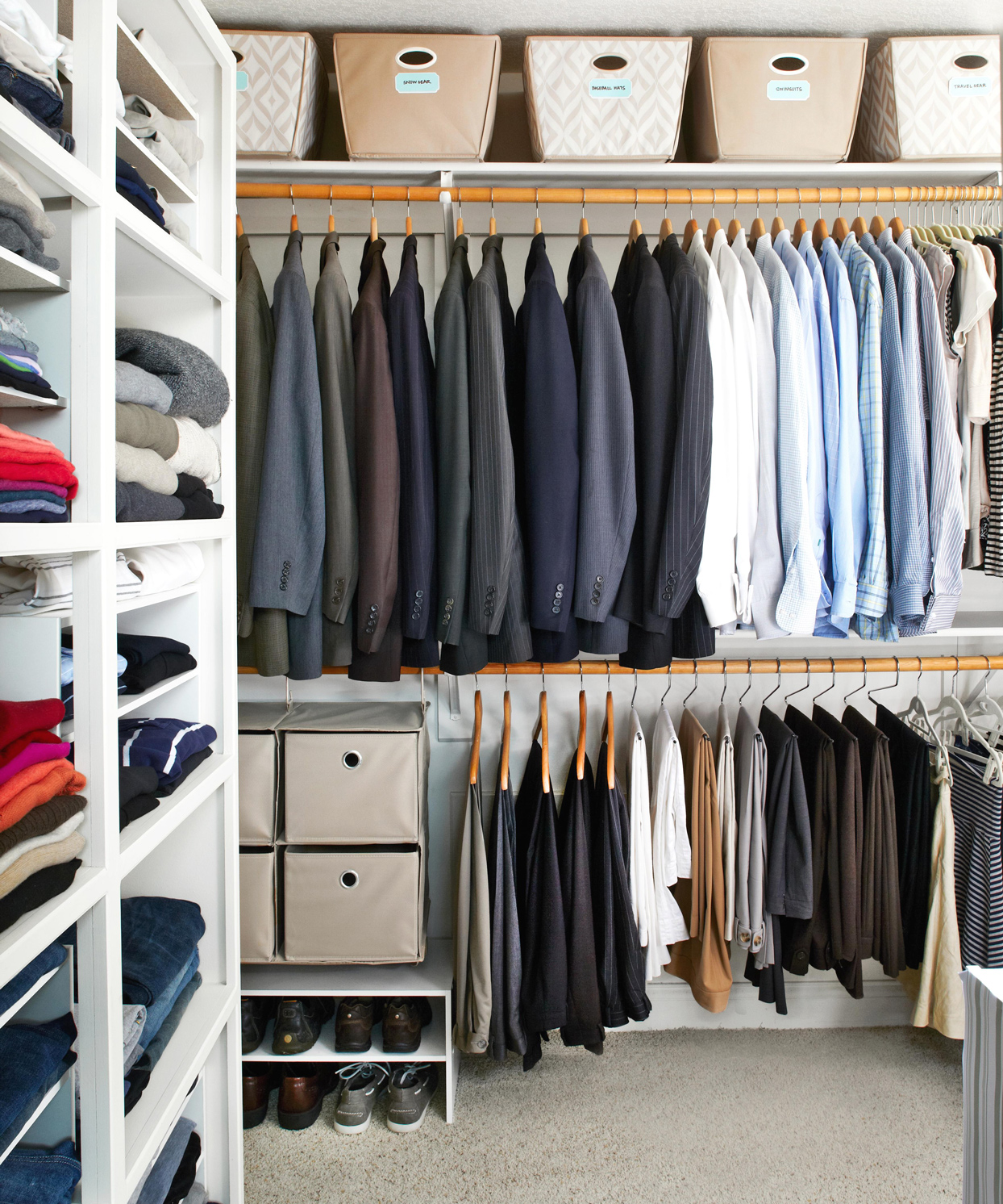 walk in closet with shelves