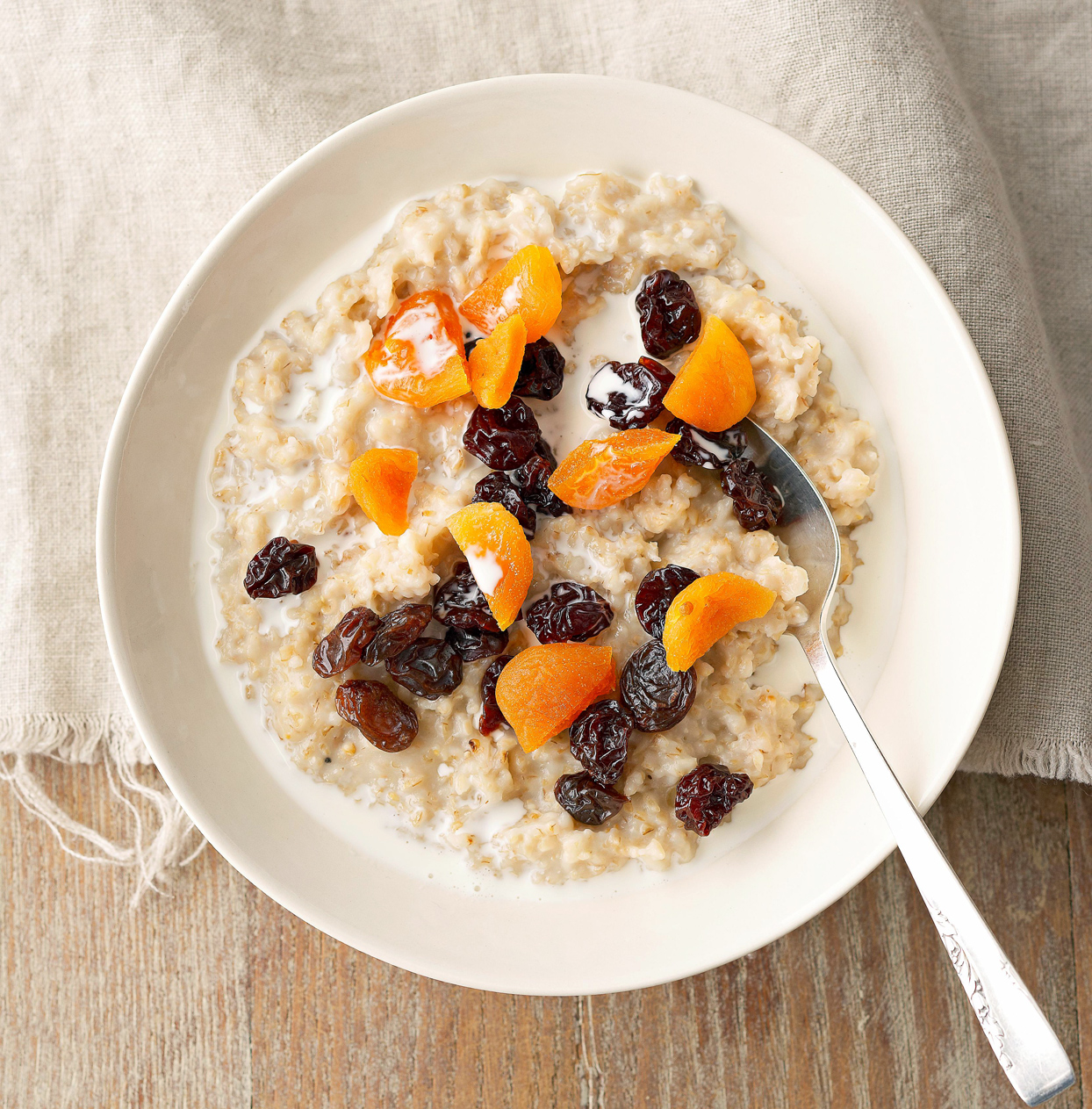 Slow Cooker Steel-Cut Oatmeal with raisins and apricots