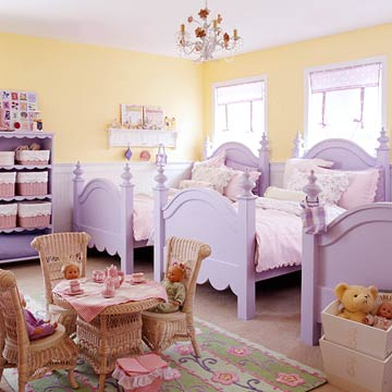 KidsRoomsSum05_McCaugheyGirlsRoom_Three purple four post beds