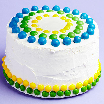Decorate a cake in a snap