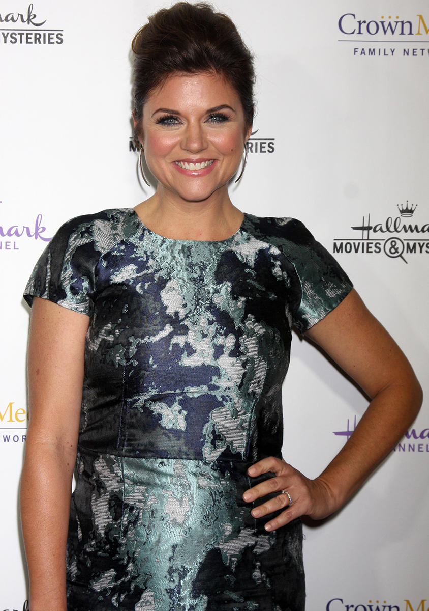 tiffani thiessen hand on hip