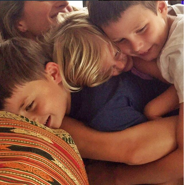 Gisele and kids hugging