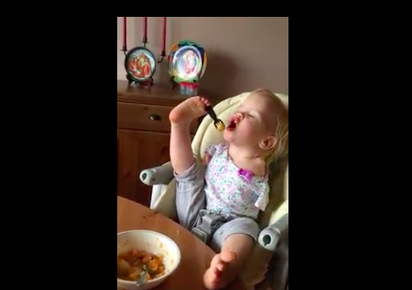 toddler with no arms feeding herself
