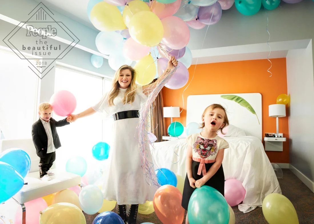 People kelly clarkson and kids balloons