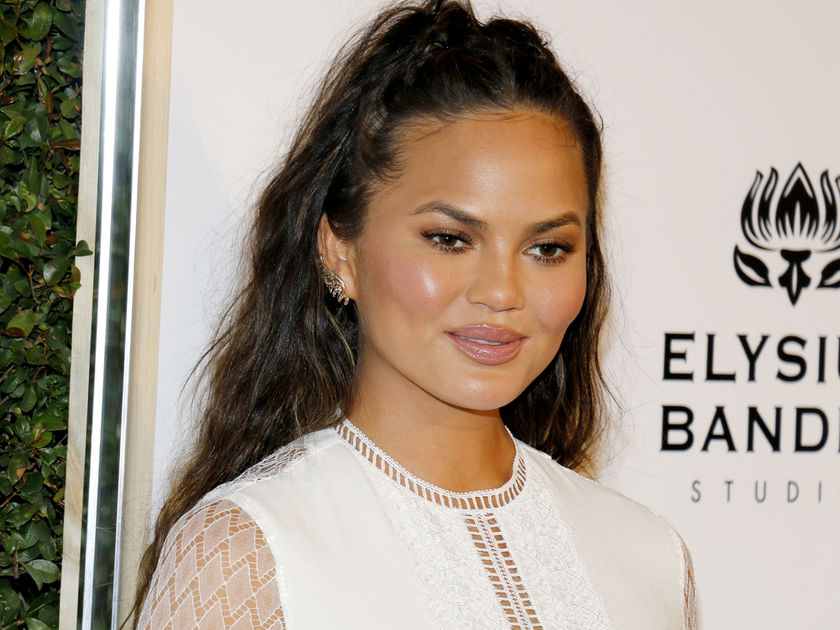 Mom-Shamers Are Criticizing Chrissy Teigen for Sharing a Bath Time Photo of Herself & Luna_Still