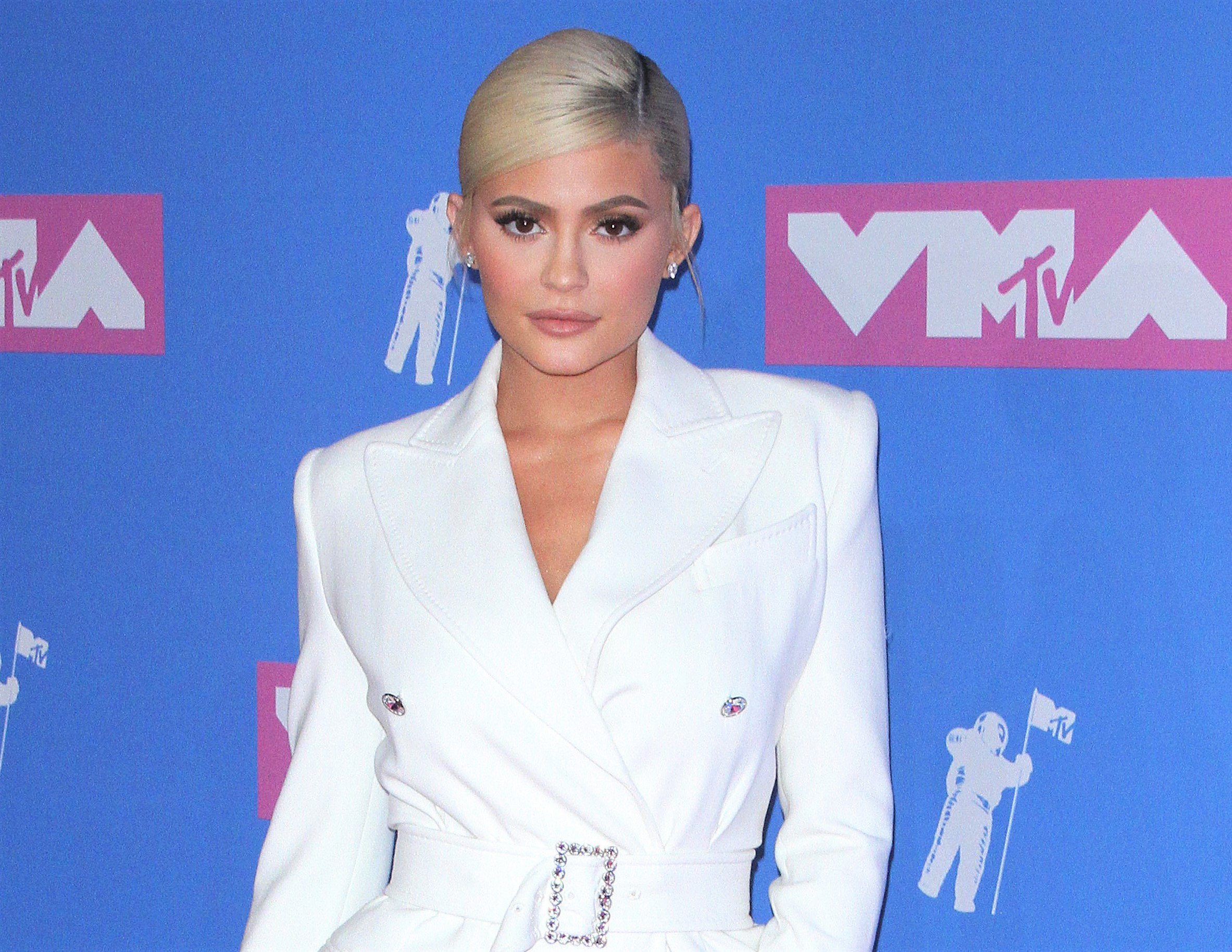 Kylie Jenner Blonde Hair White Suit MTV VMA 2018