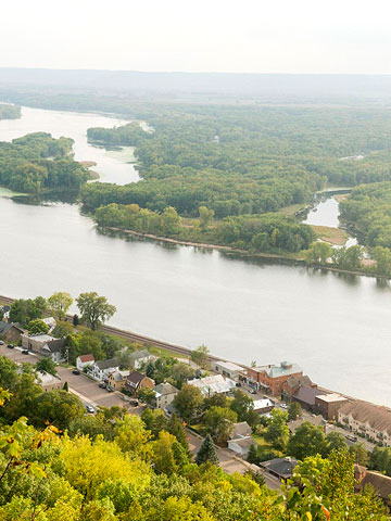 Great River Road, Wisconsin: 32 miles southeast of Minneapolis
