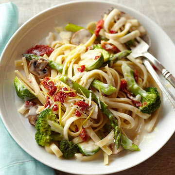 Fettucine Alfredo with Sun-Dried Tomatoes and Vegetables