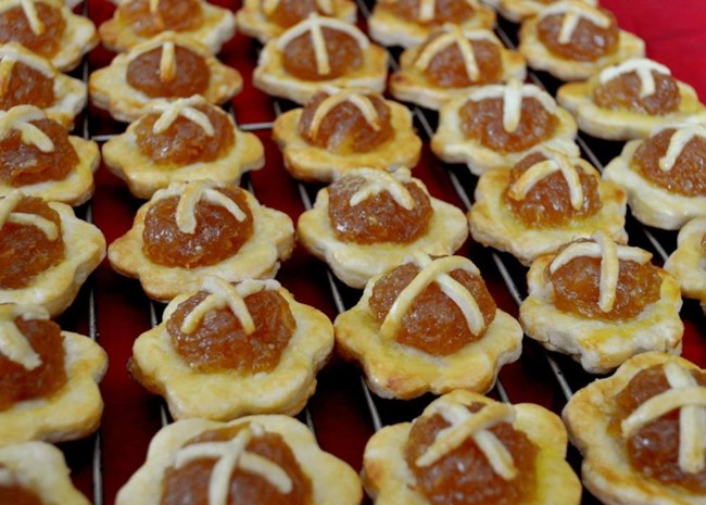 a cooling rack lined with rows of bite-sized pineapple tarts