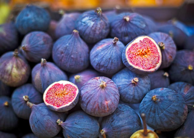 Black Mission figs whole and sliced