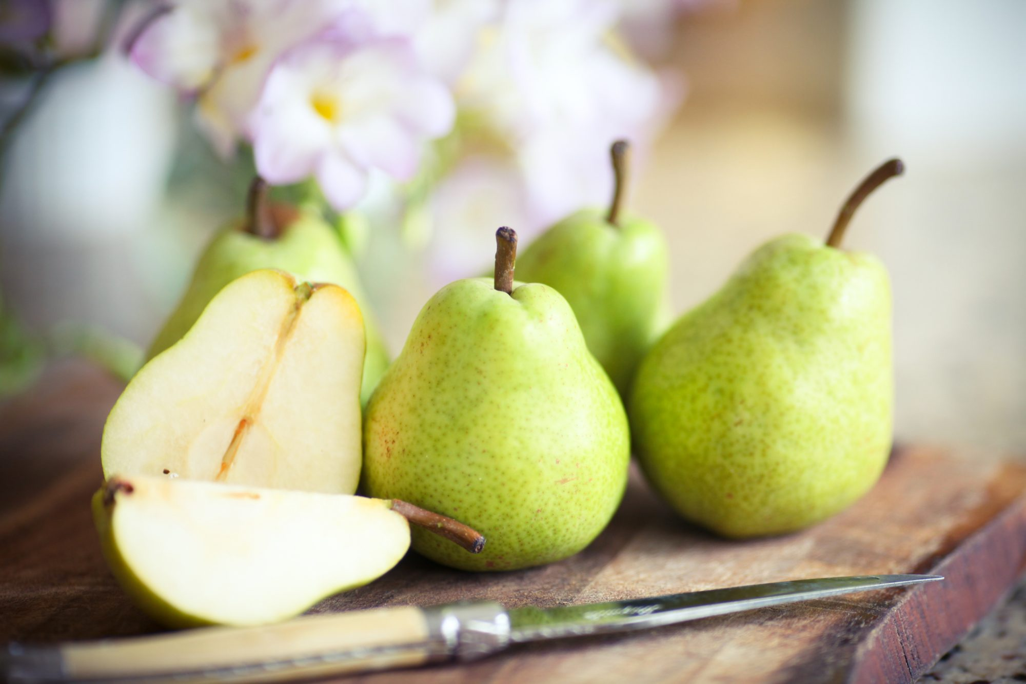 green pears whole and sliced