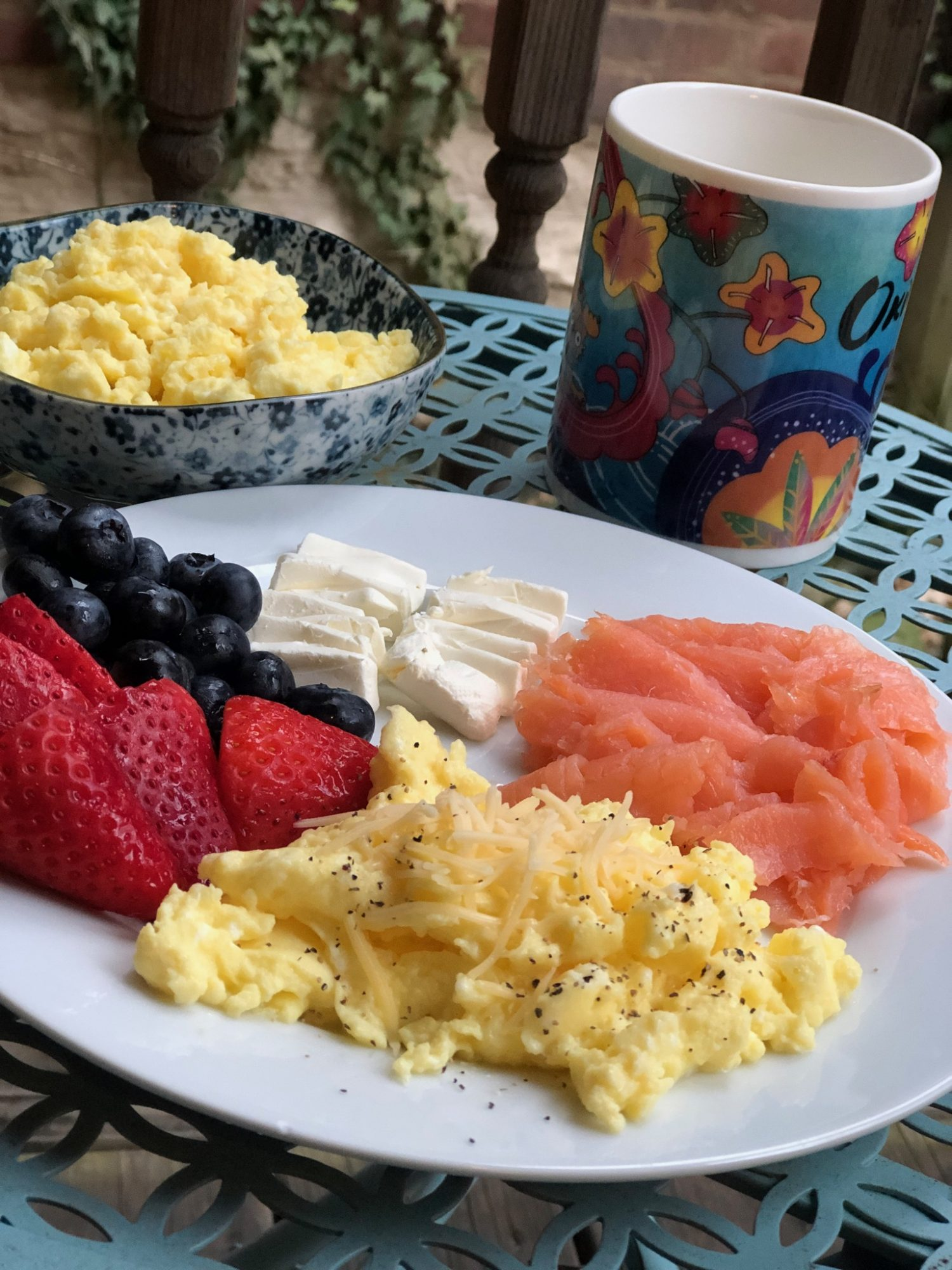 scrambled eggs with salmon, cream cheese and fruit