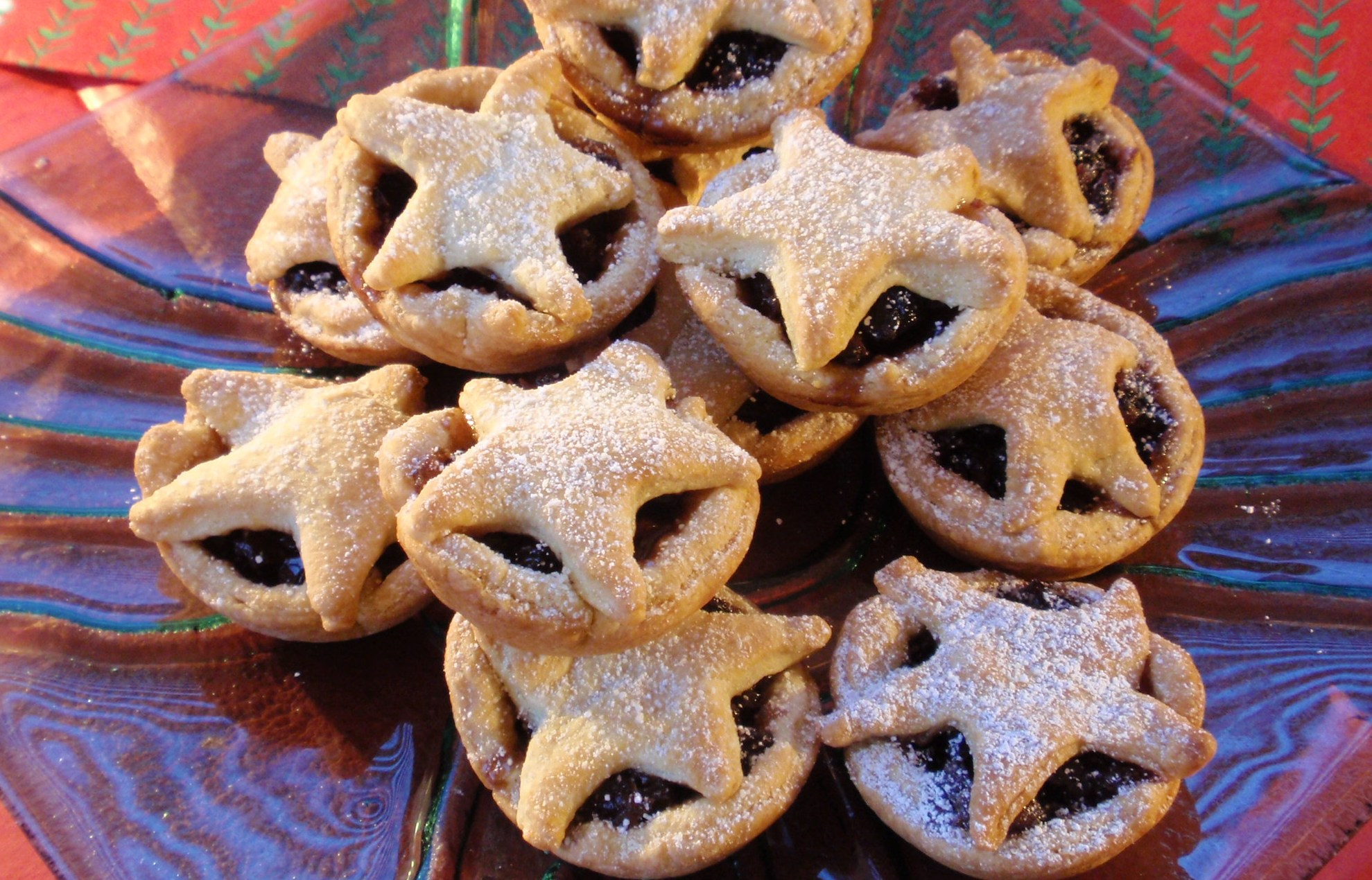 bite-size mince pies topped with pastry stars and powdered sugar