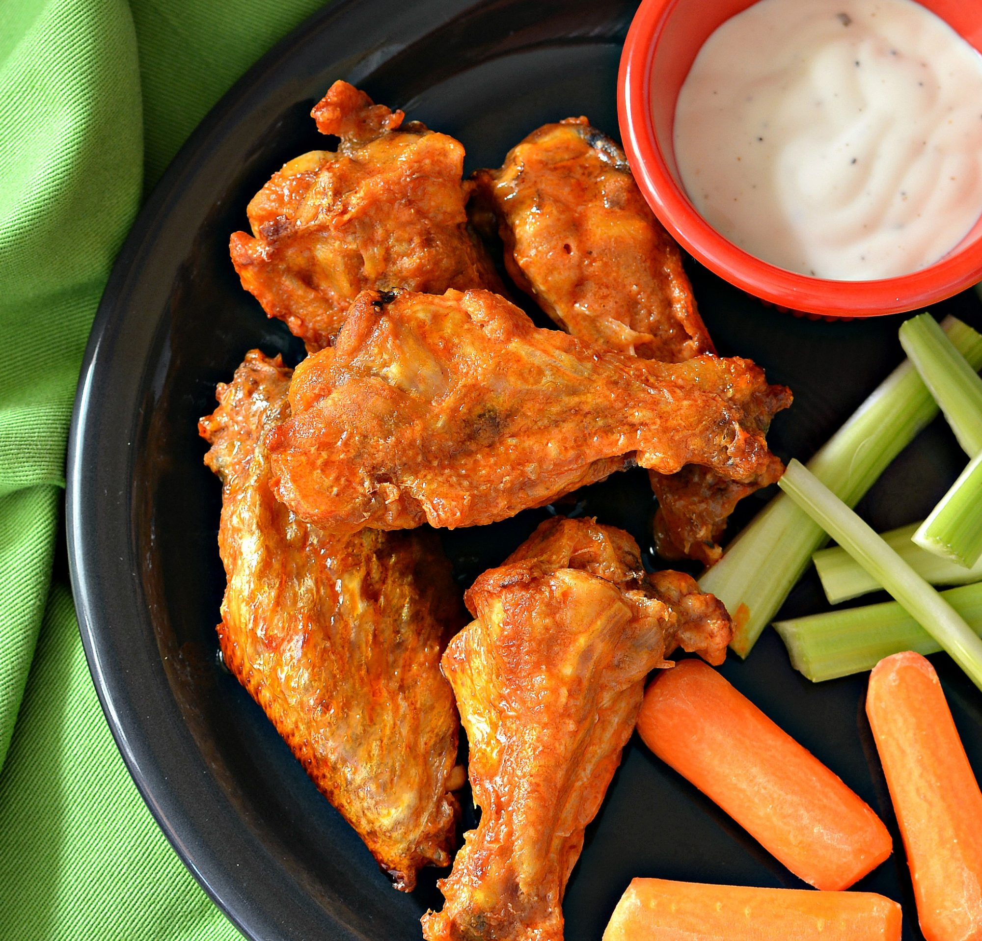 Buffalo chicken wings with dip