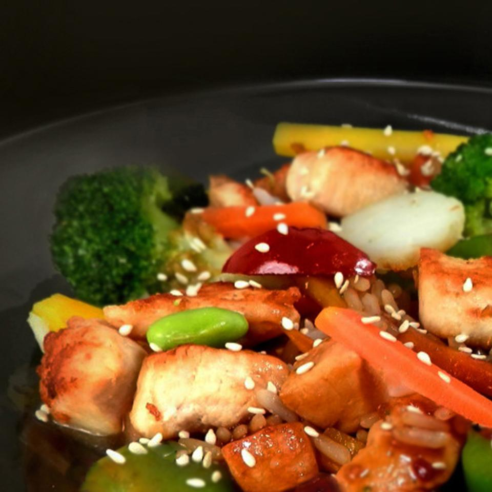 Chicken and vegetables stir fry with sesame seeds