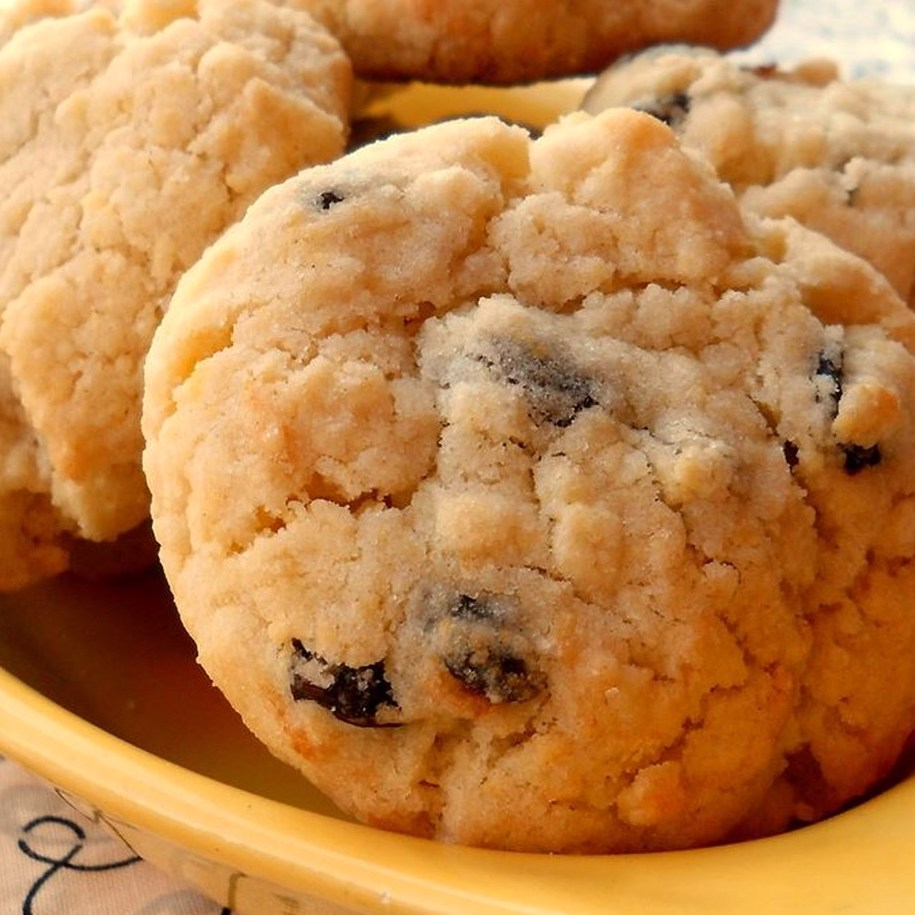 raisin cookies in a yellow bowl